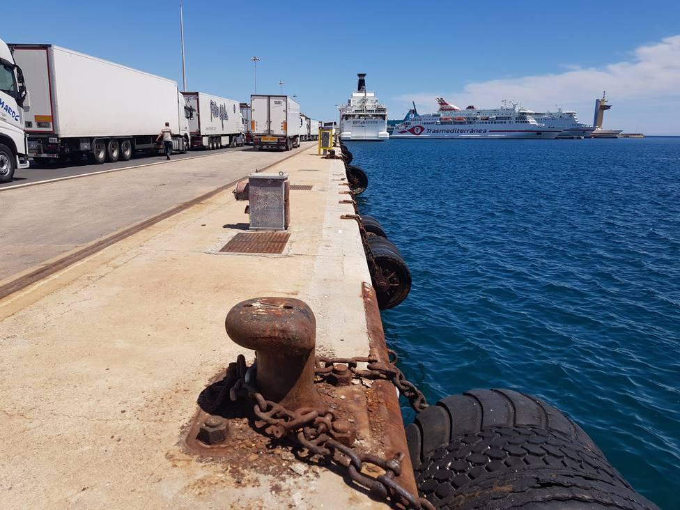 Un total de 70 camiones tráiler y 4 plataformas embarcan en el puerto de Almería con destino Nador