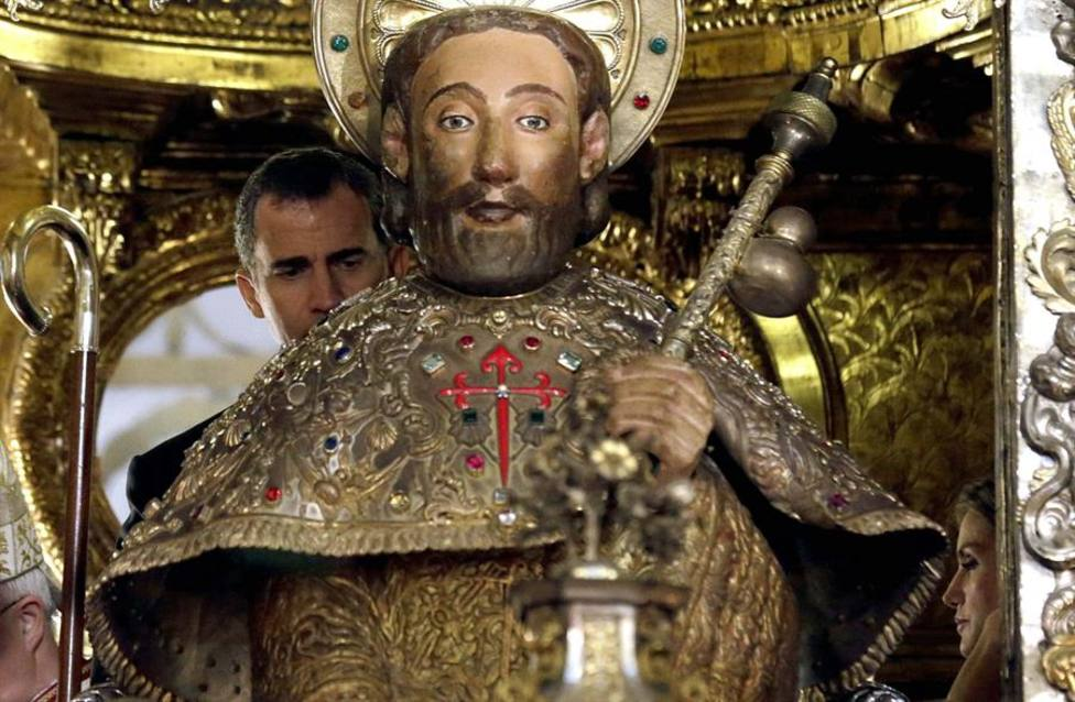 El rey Felipe VI cumpliendo la tradición de abrazar al Apostol Santiago en 2014 tras su proclamación