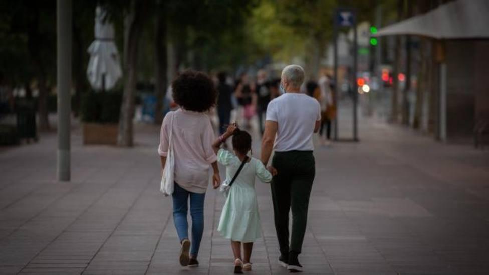 ctv-enn-dos-padres-con-su-hija-paseando-en-barcelona
