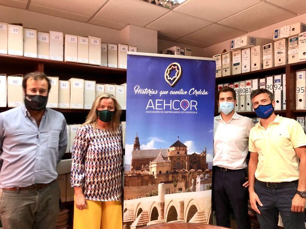 Isabel Albás y representantes de Aehcor analizan la situación del sector del hospedaje en Córdoba