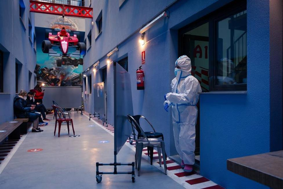 Un profesional sanitario en el centro especializado en covid del barrio de Gracia de Barcelona