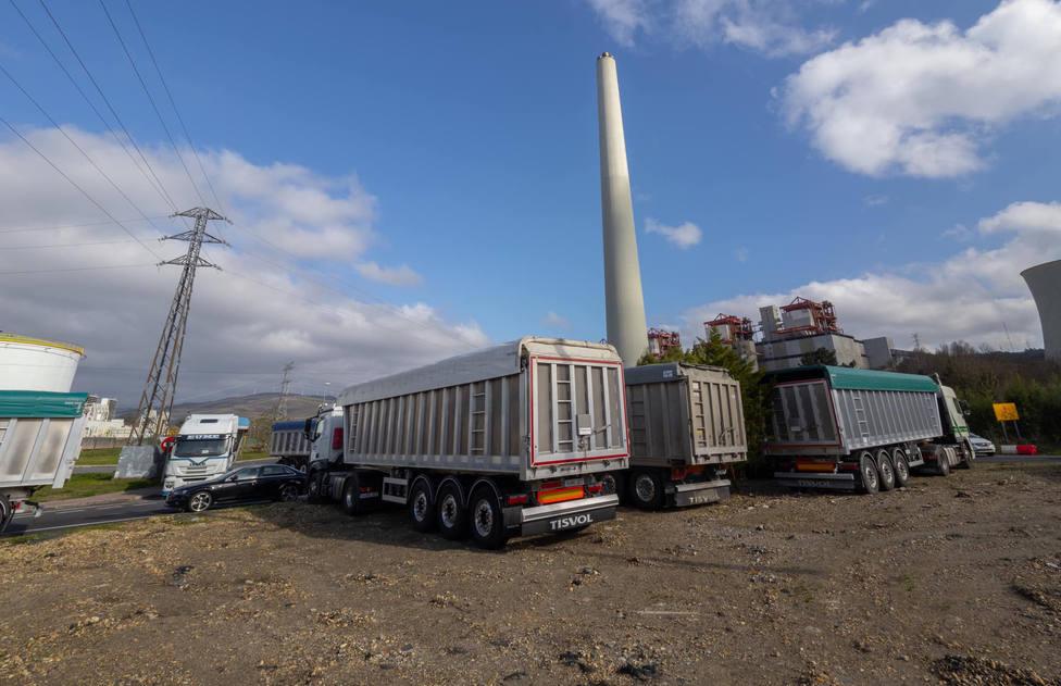 Desde el pasado jueves los camiones cortan el acceso a la central térmica - FOTO: Mundito Carballo