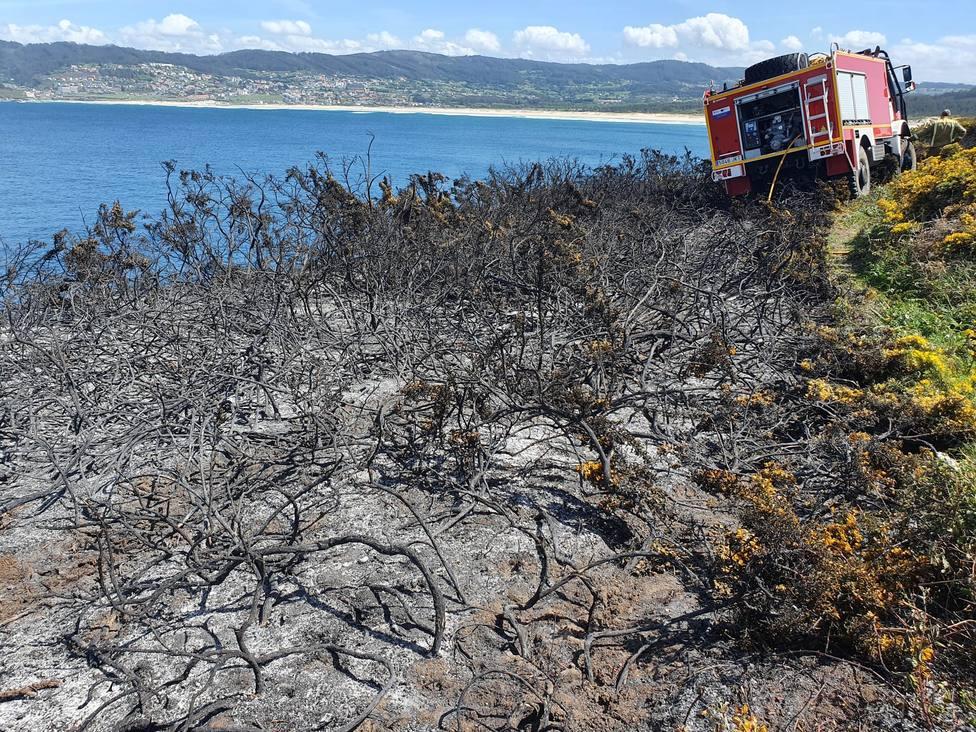 Las llamas afectaron a unos 400 metros cuadrado de monte raso en Punta Frouxeira - FOTO: Cedida