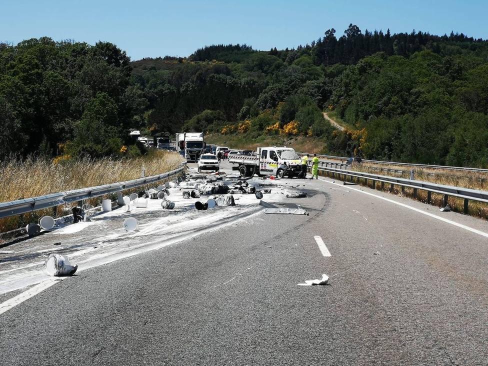 El accidente provocó retenciones, mientras se procedió a la retirada del vehículo siniestrado