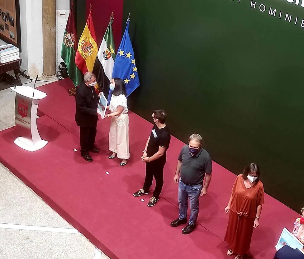 ctv-ppo-gema-daz-recoge-el-premio-de-manos-del-obispo-de-plasencia