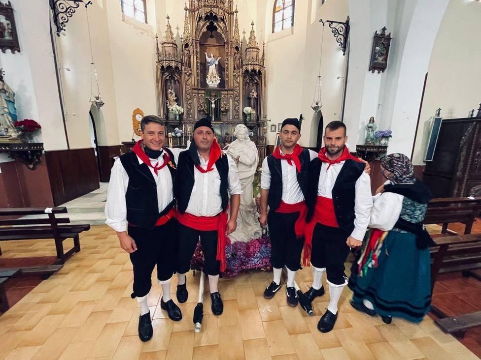 Los romeros y las pandereteras recibieron a la Inmaculada Concepción en La Regalina (Cadavedo)