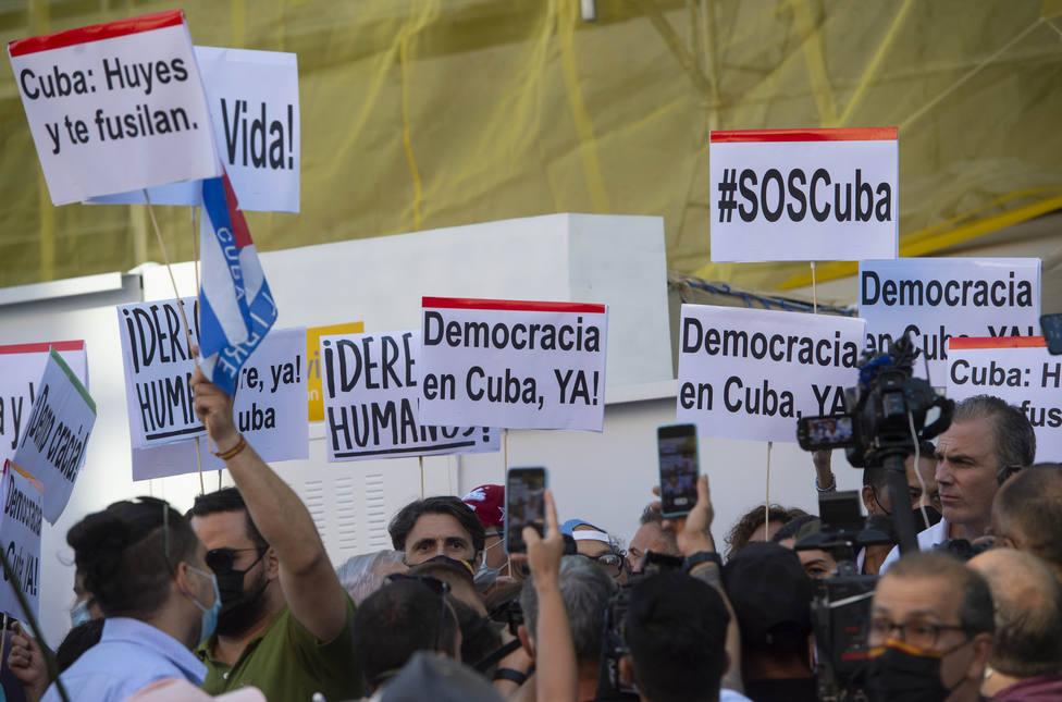 Concentración en apoyo a las protestas en Cuba ante la embajada del país en España