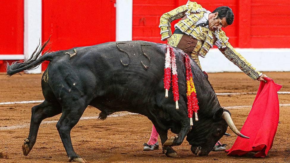 Soberbio natural de Emilio de Justo durante la faena de muleta al quinto toro de Torrealta