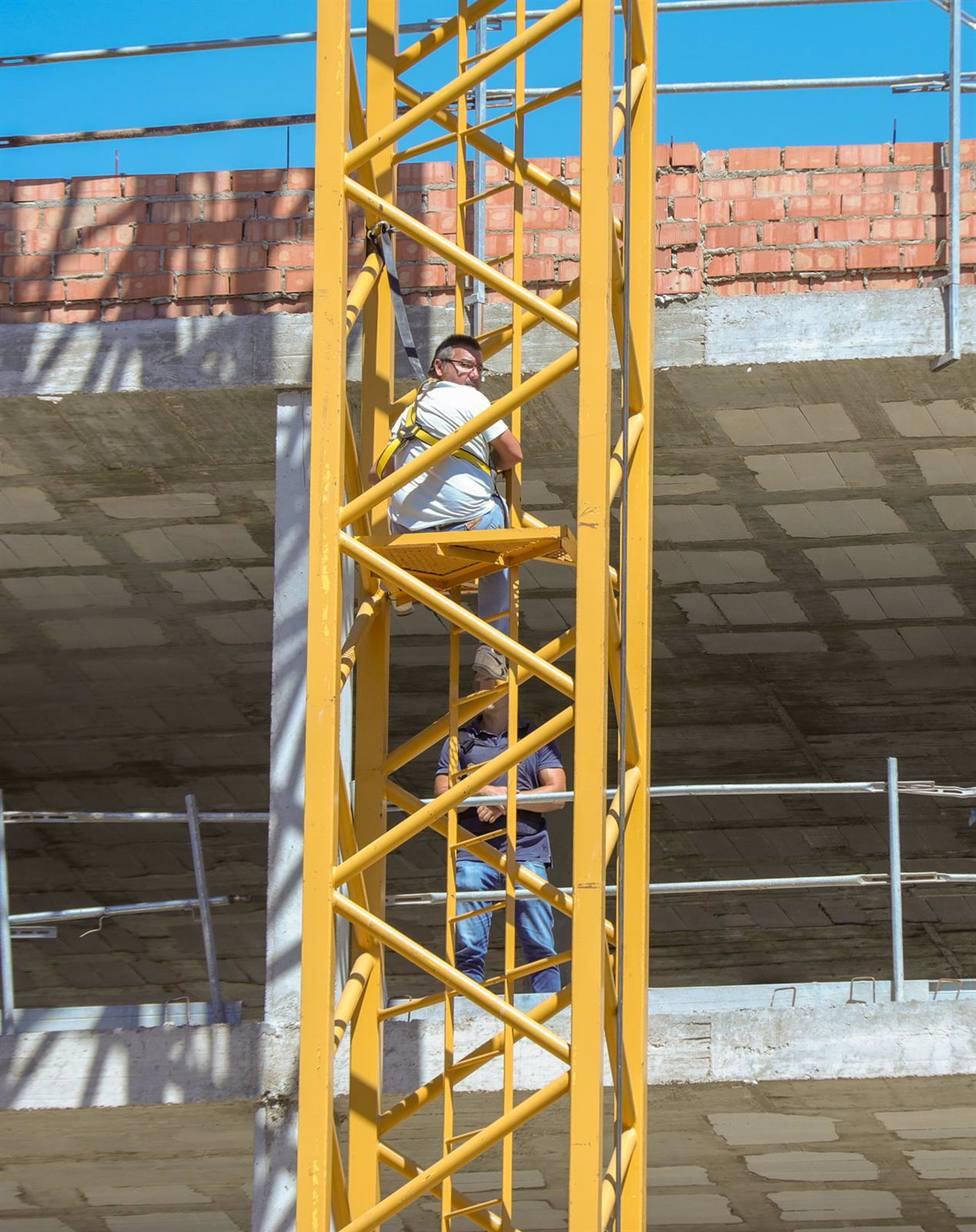 Sevilla.-Un subcontratatista de la obra de Cisneo Alto se encarama a una grúa por un conflicto con la adjudicataria