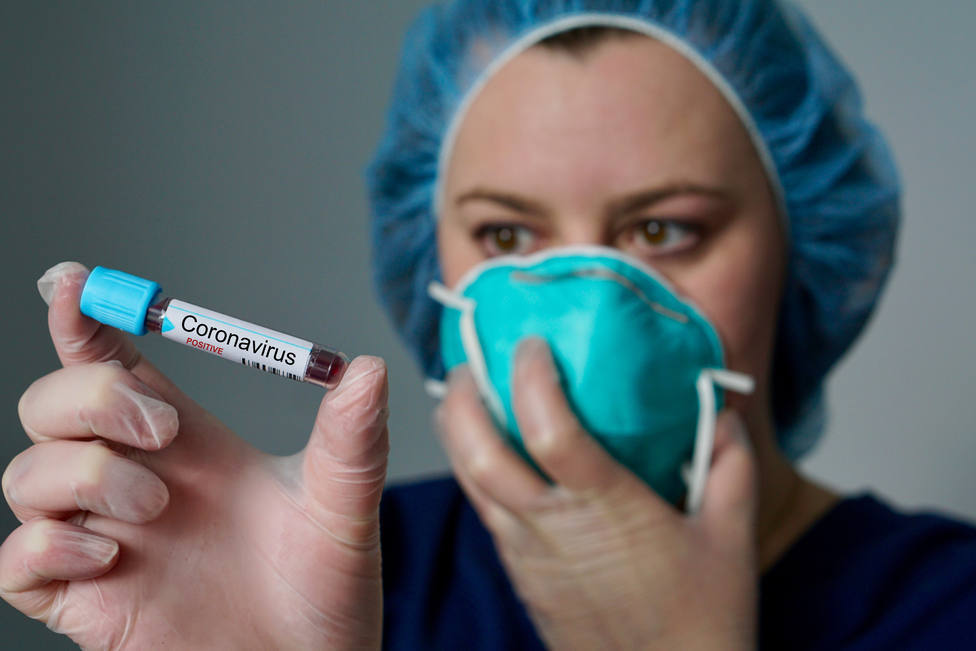 Sanitaria con una prueba de coronavirus