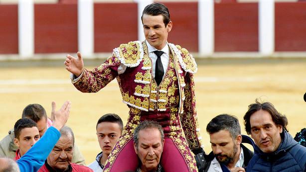 José María Manzanares en su salida a hombros este domingo en Valladolid