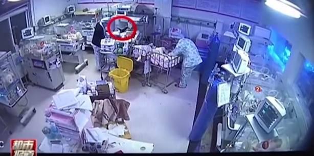 Imagen del bebé en la camilla del hospital. Youtube