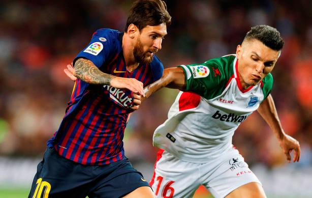 Messi conduce un balón ante Torres (EFE)