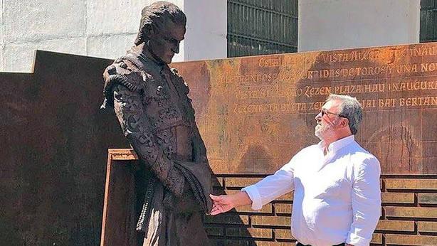 Francisco Fandiño, padre de Iván Fandiño, observando la escultura que homenajea a su hijo en Vista Alegre