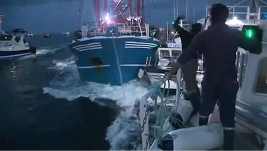 Un pesquero británico embistie a uno francés