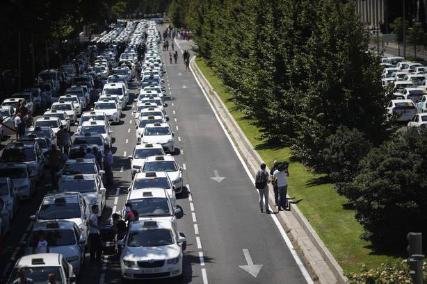 Los taxistas de Madrid podrán realizar trayectos a precio cerrado y rebajas en caso de contaminación