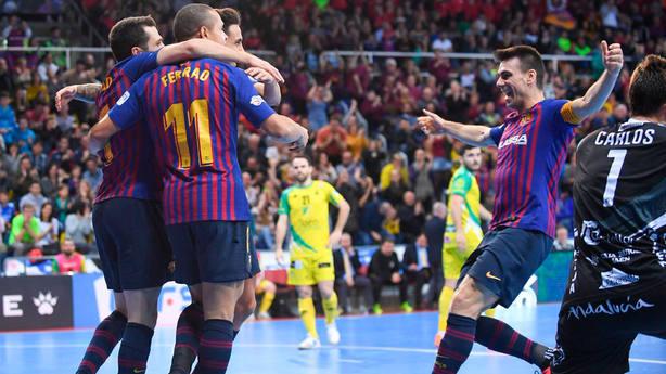 El Barça Lassa celebra el triunfo ante Jaén Paraíso Interior (FOTO: @FCBfutbolsala)