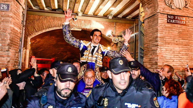 Alberto López Simón en su salida a hombros este jueves en Valencia