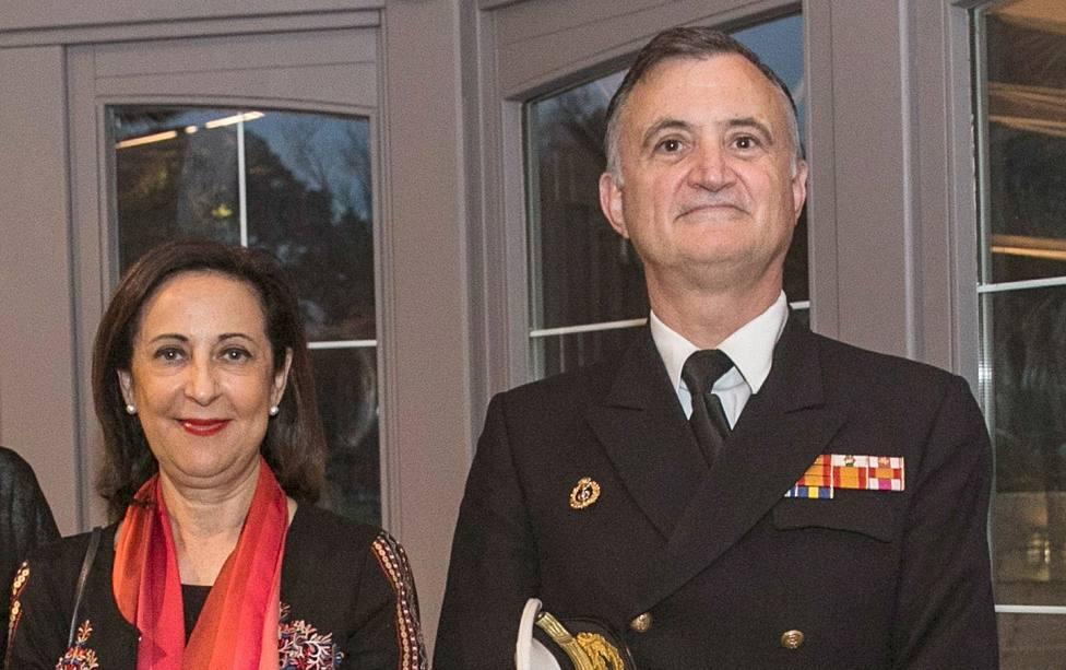 El almirante Juan Rodríguez Garat acompañado de la ministra de Defensa - FOTO: Efe / Alberto Morante