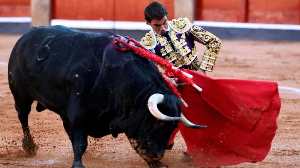 Doblón de Domingo López Chaves al primer toro de Adelaida Rodríguez, al que cortó una oreja