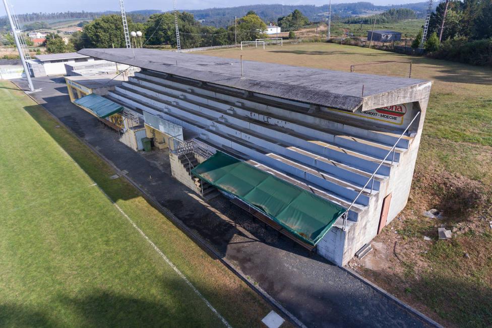 Vista aérea de las gradas del campo de fútbol de Moeche - FOTO: César Galdo