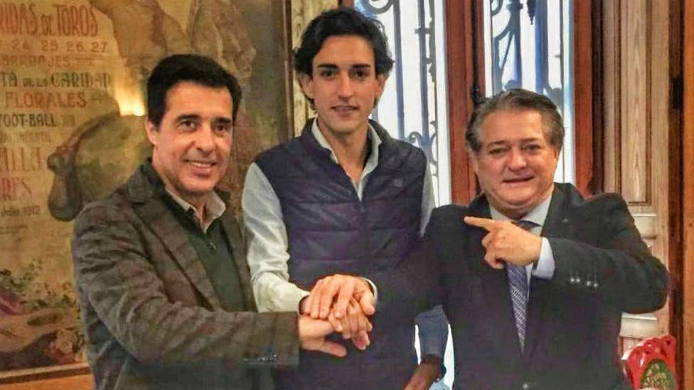 Javier Vázquez, Jesús Duque y El Soro tras rubricar el acuerdo de apoderamiento