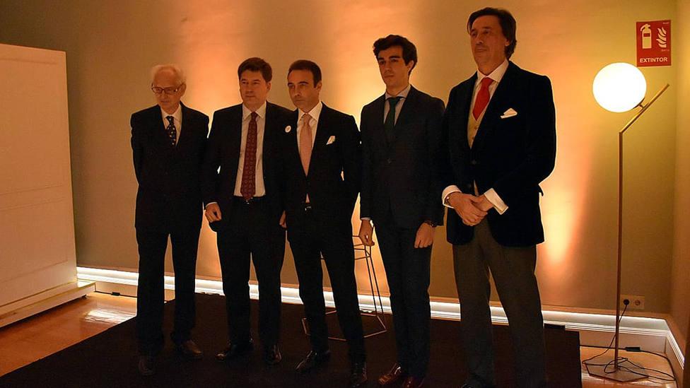 Foto de familia de los premiados con los premios taurinos del Club Allard de Madrid