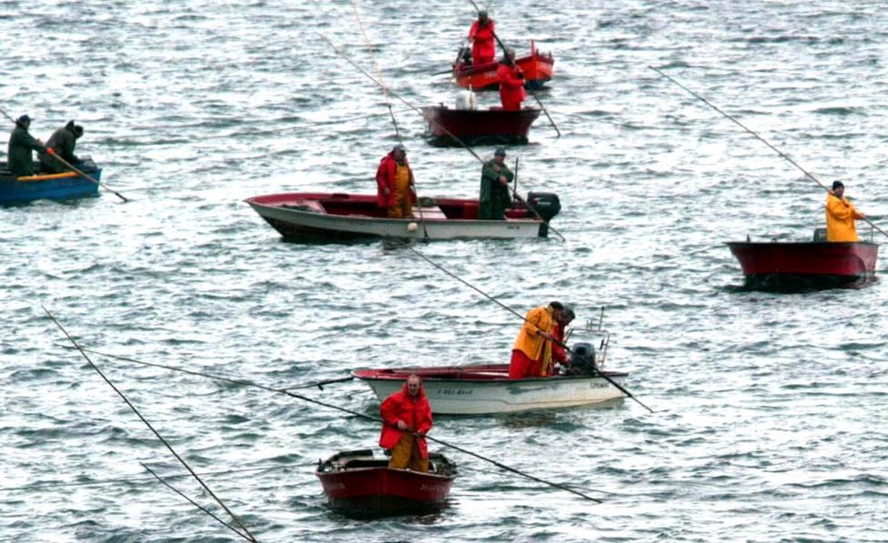 Foto de archivo de mariscadores faenando en la ría - FOTO: Efe / Miguel Riopa