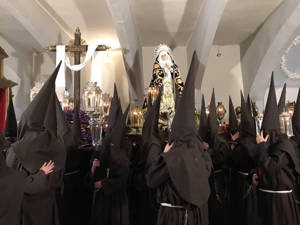 Cofrades de la Orden Franciscana Seglar tras confirmarse la suspensión de su procesión de Jueves Santo