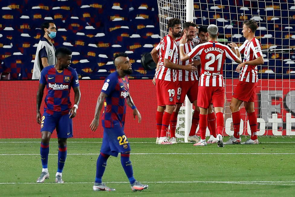 Los jugadores del Atleti celebram el segundo gol ante la decepción de Semedo y Vidal (EFE)