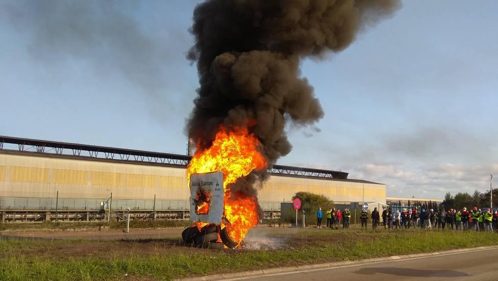 Cartel de Alcoa ardiendo tras una movilización de los trabajadores (foto archivo)