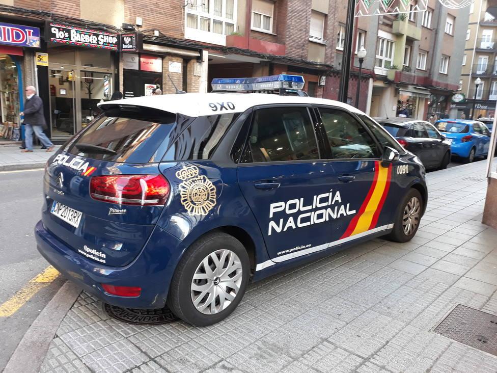 Foto de coche CNP en la calle (COPE Gijón)