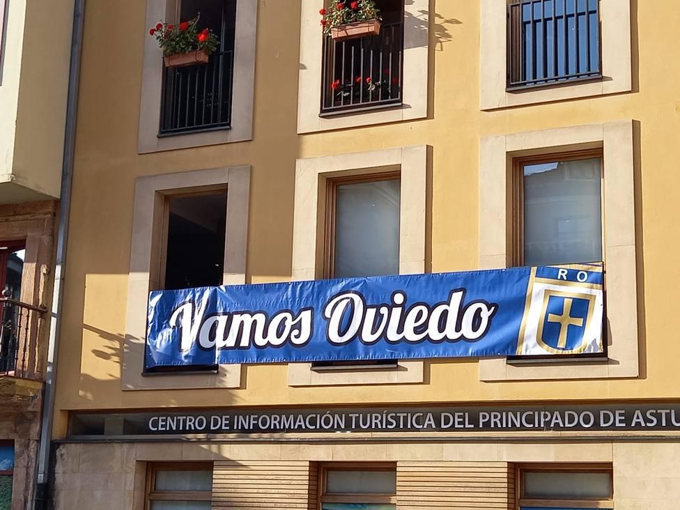 Cartel de apoyo al Real Oviedo en el Ayuntamiento de la ciudad