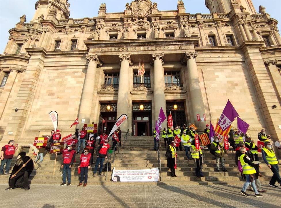 Delegados de Correos concentrados ante el edificio de Correos y Telégrafos en Barcelona - Europa Press