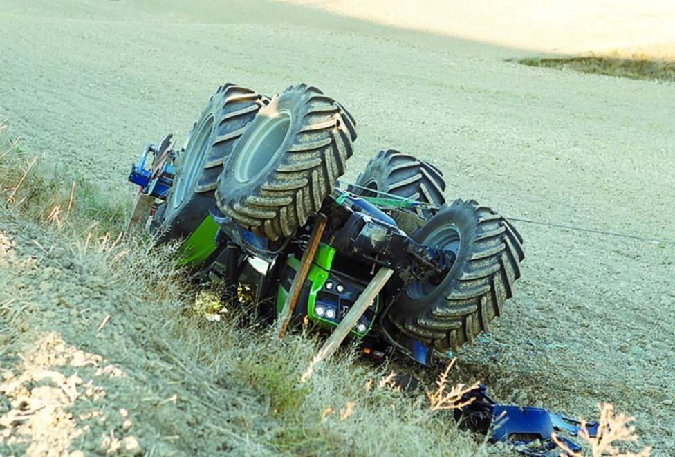 Accidente de un tractor en un campo agrícola. Imagen de archivo