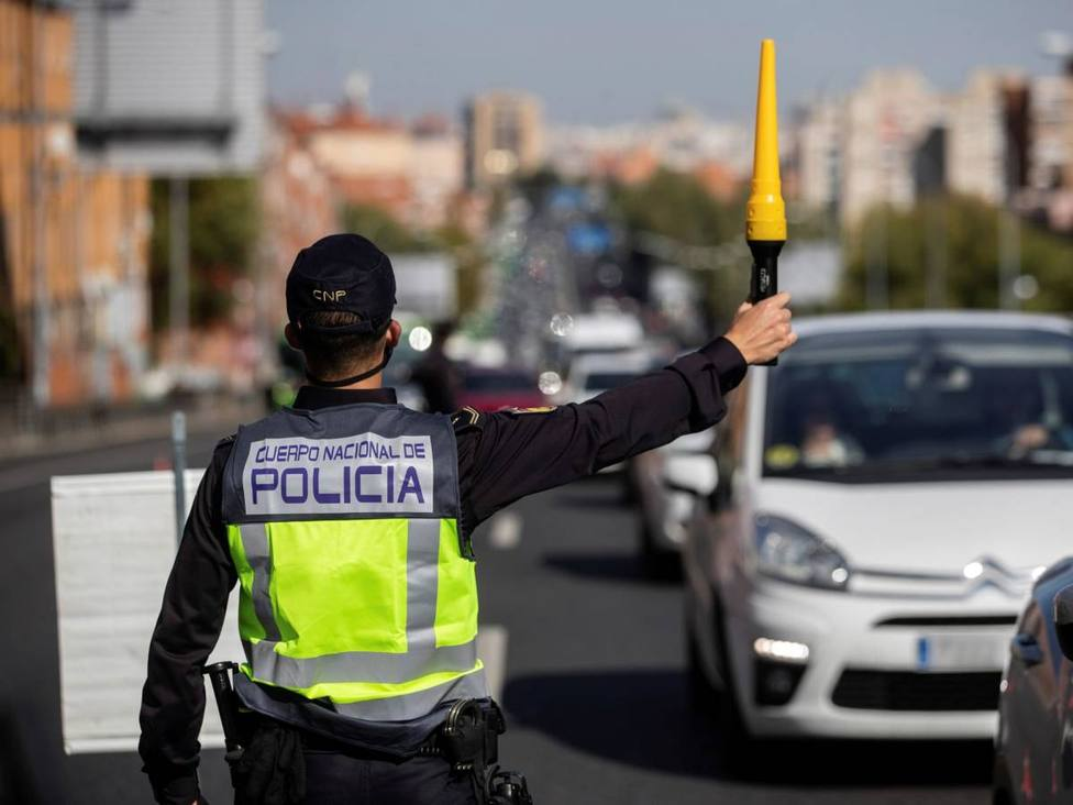 Agentes de la Policía Nacional, en un control en la Nacional V. (EFE)