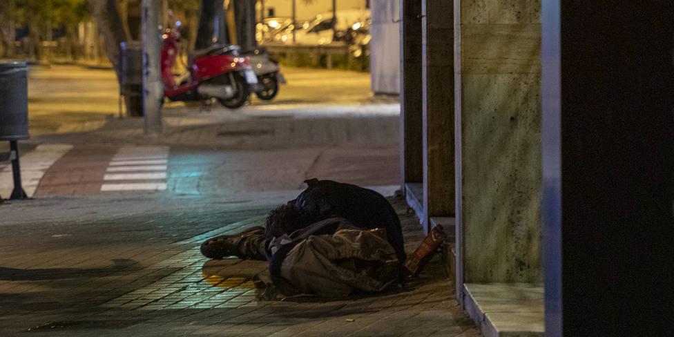 Persona sense llar al carrer després del toc de queda.