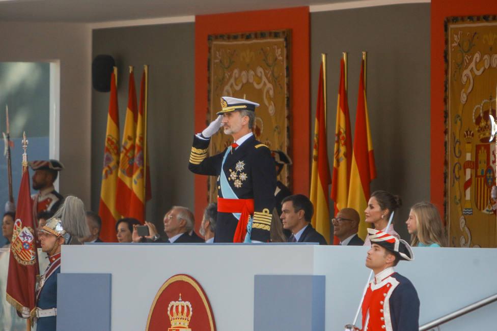 Los Reyes presiden el desfile militar del Día de la Hispanidad que se celebra con menos efectivos e invitados