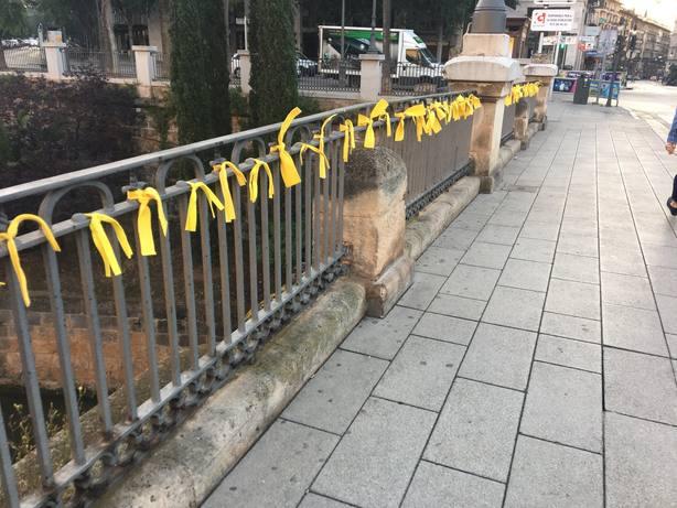 Reclaman neutralidad en la polémica de los lazos amarillos