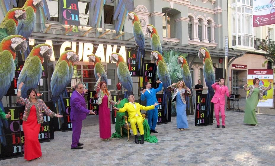 La Cubana a las puertas del Teatro Bretón