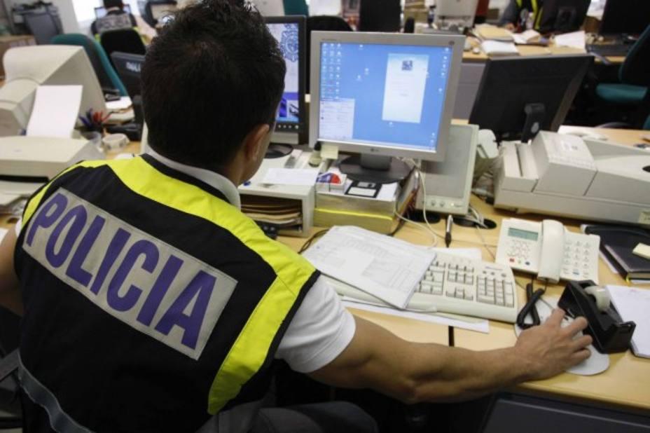 Un policía investiga un caso de estafa financiera