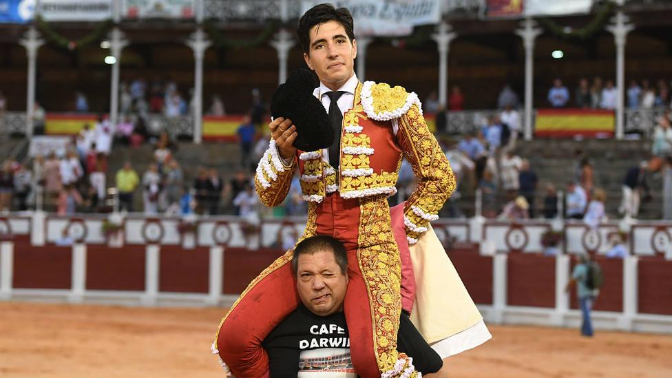 Álvaro Lorenzo en su salida a hombros este miércoles en el coso gijonés de El Bibio