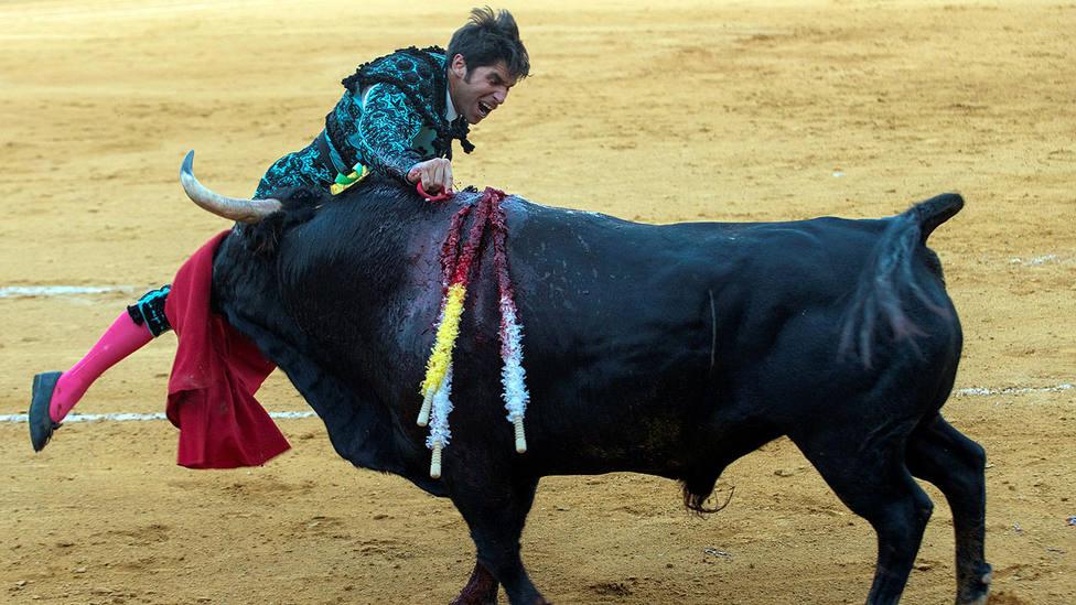 Cayetano entrando a matar a uno de sus toros este viernes en Ciudad Real