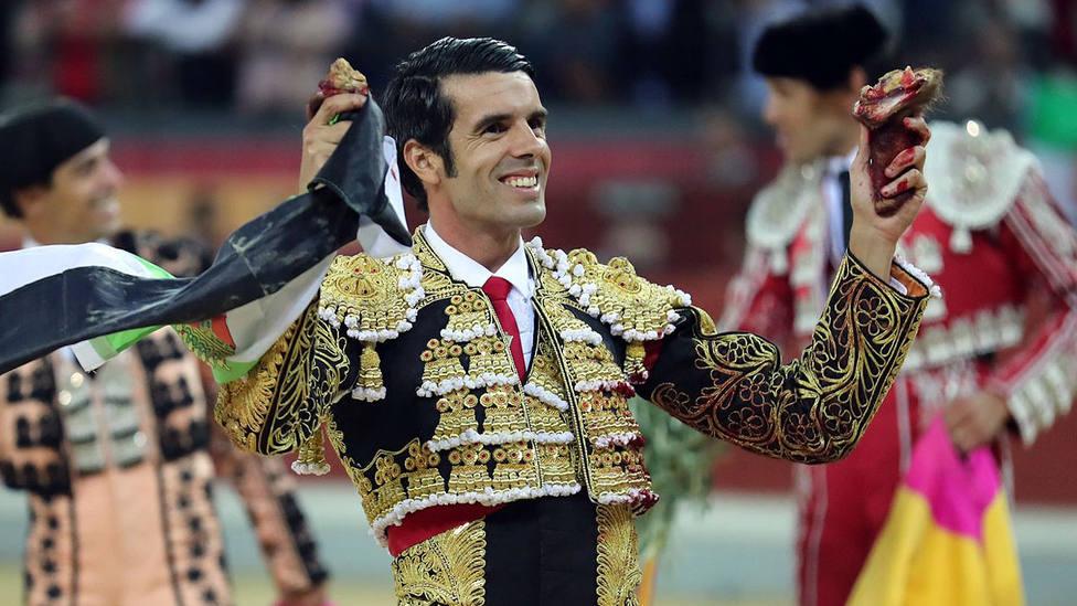 Emilio de Justo con dos de las tres orejas que cortó este sábado en Jaén