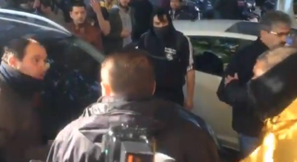 La surrealista justificación de un CDR para linchar y robarle las llaves de la moto a un hombre en Barcelona