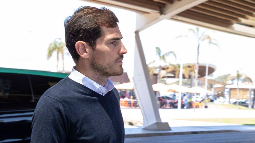 Iker Casillas, en el exterior del Aeropuerto de Madrid-Barajas. CORDONPRESS