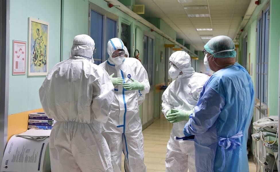 Foto de archivo de personal sanitario con sus equipos de protección - FOTO: Efe / Alessandro Di Marco