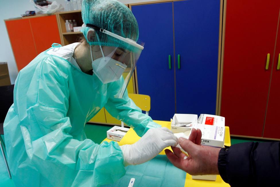 Una sanitaria toma una muestra de sangre a un ciudadano en Ferrol - FOTO: EFE / Kiko Delgado