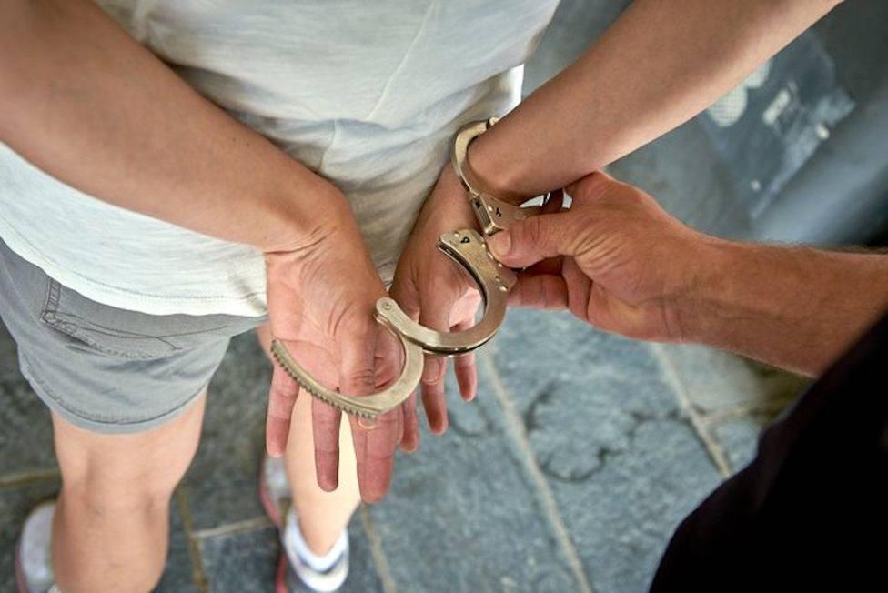 El primer detenido se comportó de manera violenta amenazando a los agentes, golpeando los vehículos oficiales