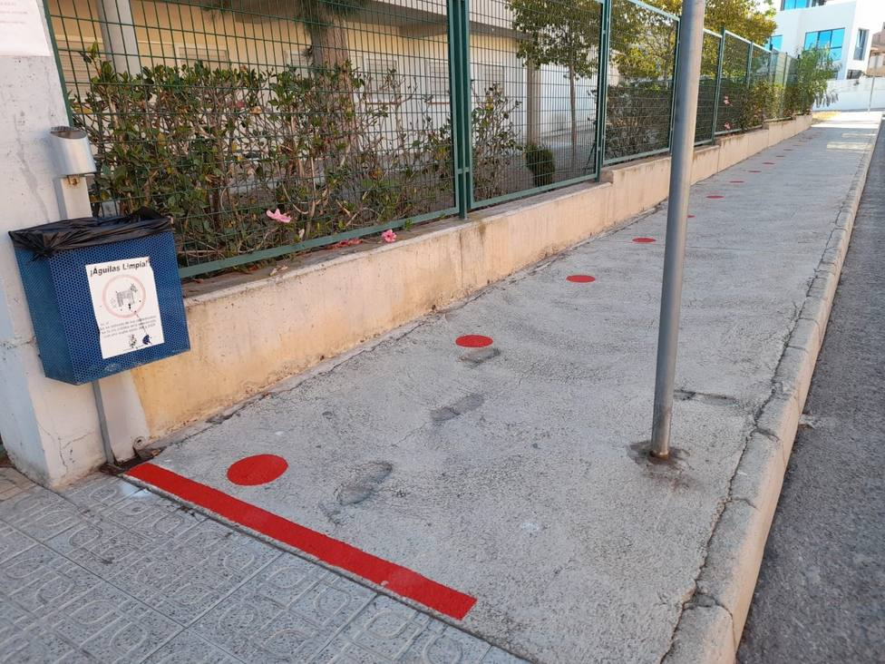 Concluyen los trabajos de señalización para garantizar el distanciamiento de seguridad en los accesos